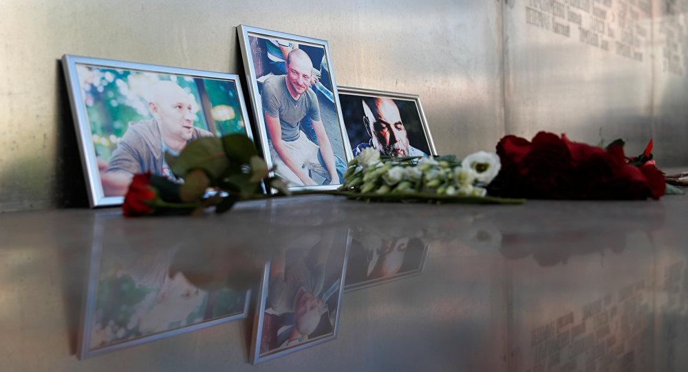Las fotografías de los periodistas, (R-L) Orhan Dzhemal, Kirill Radchenko y Alexander Rastorguyev, que fueron asesinados recientemente en la República Centroafricana