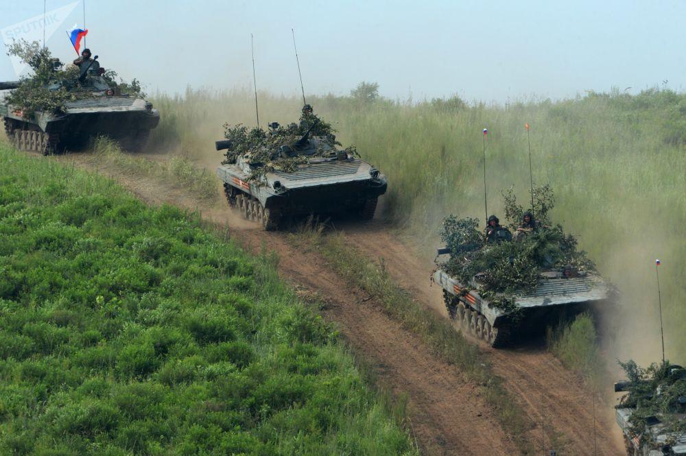 Vehículos de combate de infantería BMP-2 durante unos ejercicios en el polígono de entrenamiento de Sergeevsky, en Primorie.