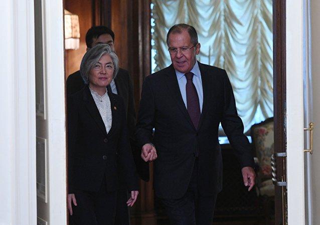 La ministra de Asuntos Exteriores de Corea del Sur, Kang Kyung-wha, y el canciller ruso, Serguéi Lavrov