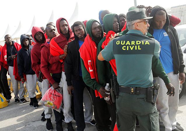 Los migrantes se alinean para ser identificados, España