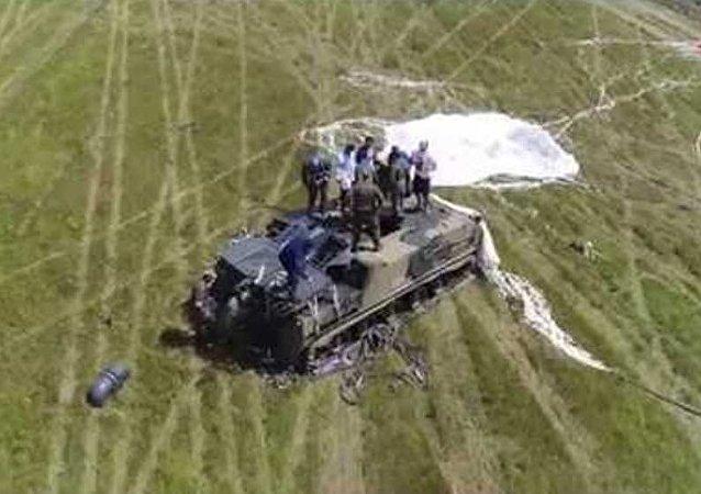 El aterrizaje en paracaídas más arriesgado: un vehículo blindado con su tripulación dentro (vídeo)