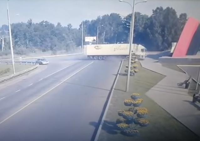 Un camión con vodka se hace añicos tras chocar a gran velocidad contra un monumento