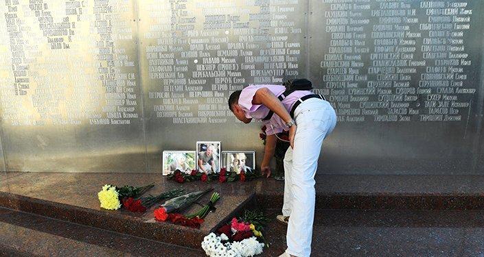 Flores en memoria de tres periodistas rusos asesinados en la República Centroafricana
