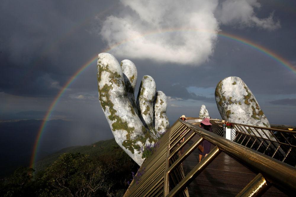 Un arco iris sobre el Puente del Oro en Da Nang, Vietnam
