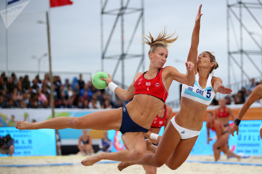 Atletas de los equipos femeninos de Grecia y Noruega compiten en la final del Mundial de Balonmano Playa en Kazán, Rusia.