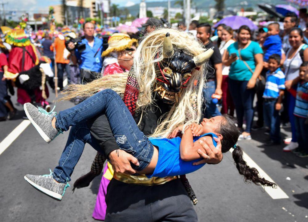 Participantes de las fiestas patronales de San Salvador en honor al Divino Salvador del Mundo.