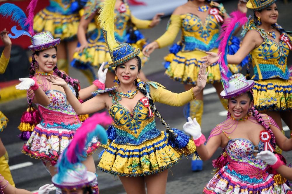 Artistas participan en el desfile de aniversario de la independencia de Perú.