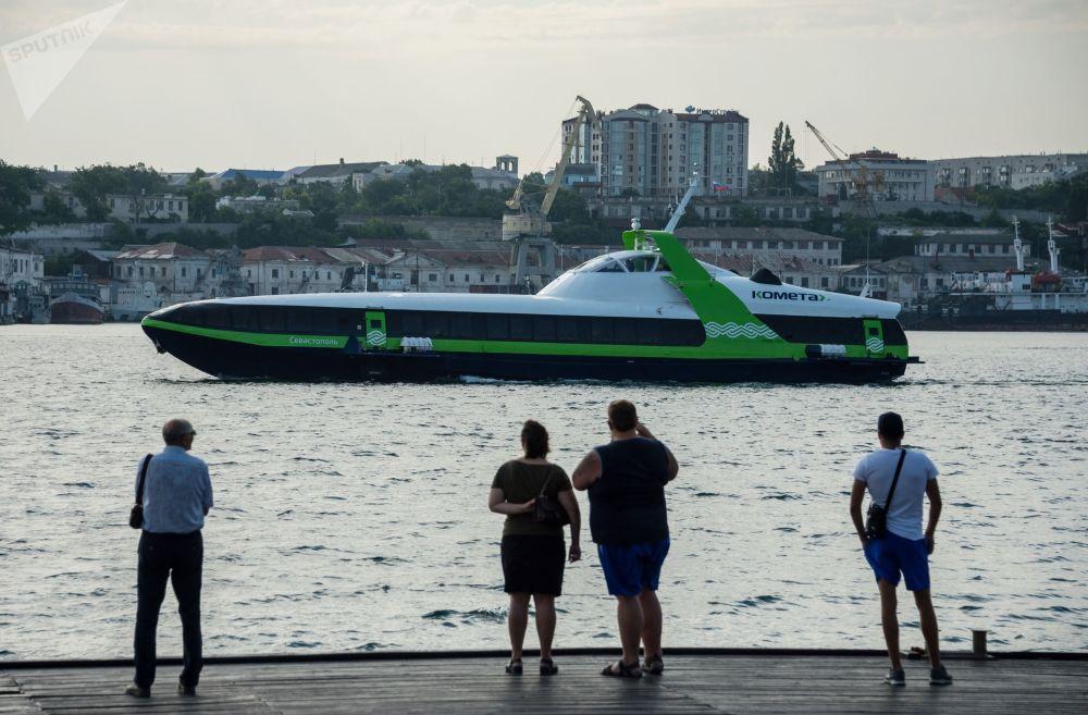 El Kometa 120M, un hidroala de alta velocidad para el transporte de pasajeros, realiza su primer viaje entre Sebastopol e Yalta.