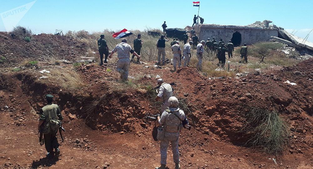 Soldados sirios alzan su bandera junto con la Policía militar rusa