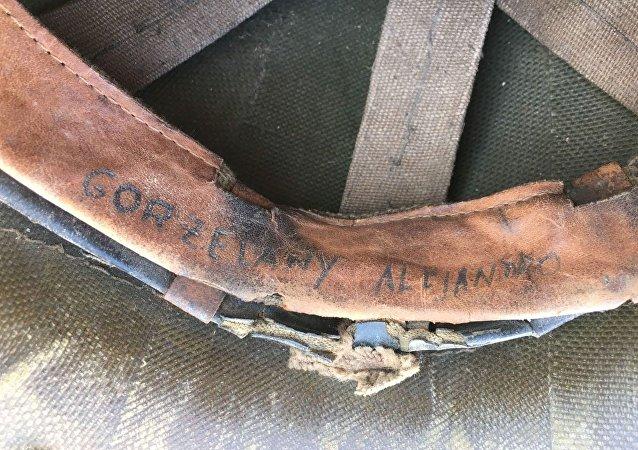 El casco de Alejandro Gorzelany, excombatiente argentino de la Guerra de Malvinas