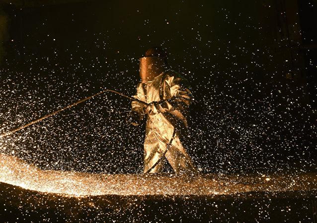 Un empleado trabaja en la planta de minería y fundición Newco Ferronikeli, cerca de la ciudad de Drenas, en Kosovo