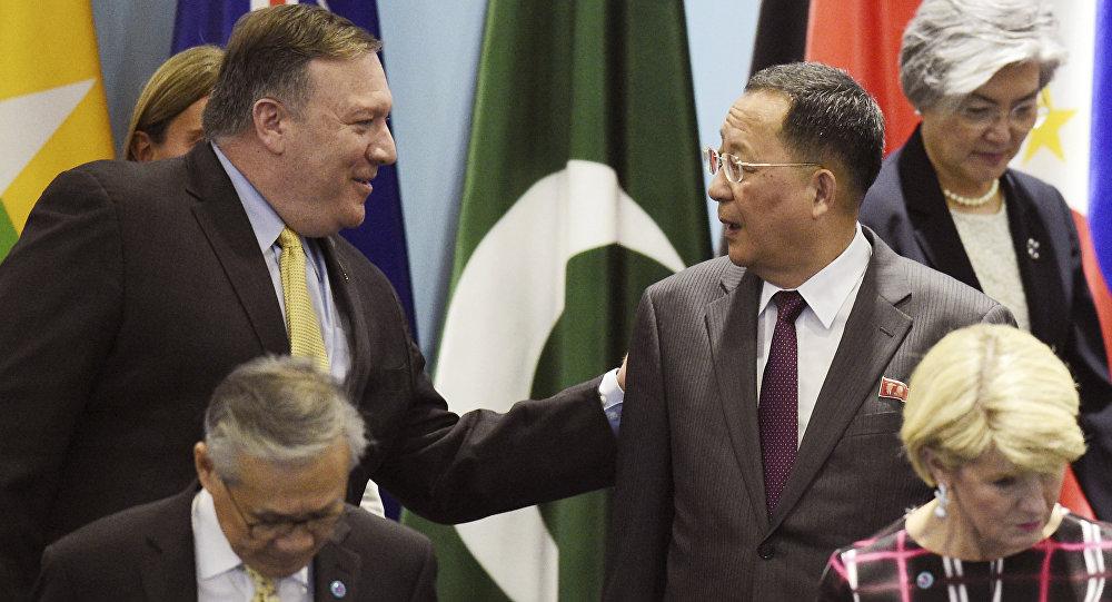 Mike Pompeo, secretario de Estado de Estados Unidos, y Ri Yong-ho, ministro de Asuntos Exteriores de Corea del Norte