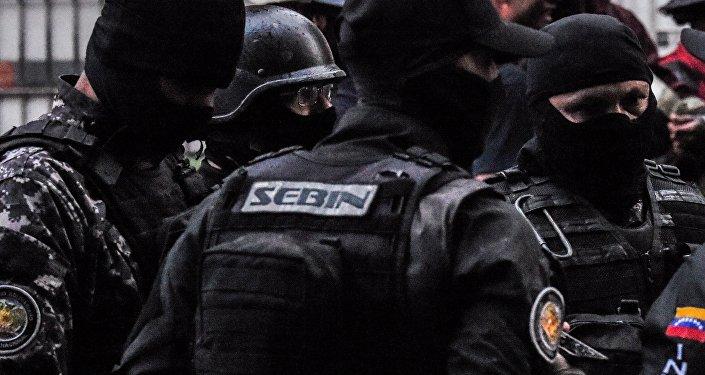 Las fuerzas de seguridad venezolanas revisan un edificio cercano al local del atentado al presidente del país, Nicolás Maduro, el 4 de agosto