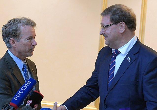 El senador republicano estadounidense Rand Paul durante la reunión con el jefe del Comité de Asuntos Internacionales de la Cámara Alta rusa, Konstantín Kosachov