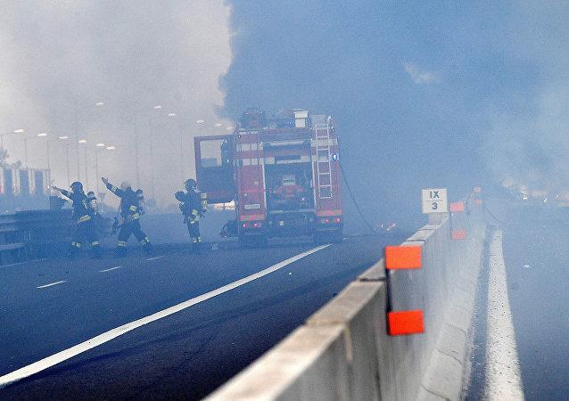 Los bomberos italianos en el lugar de la explosión cerca del aeropuerto de Bolonia