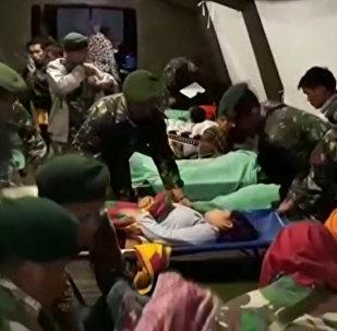 Un terremoto arrasa Indonesia (fuertes imágenes)