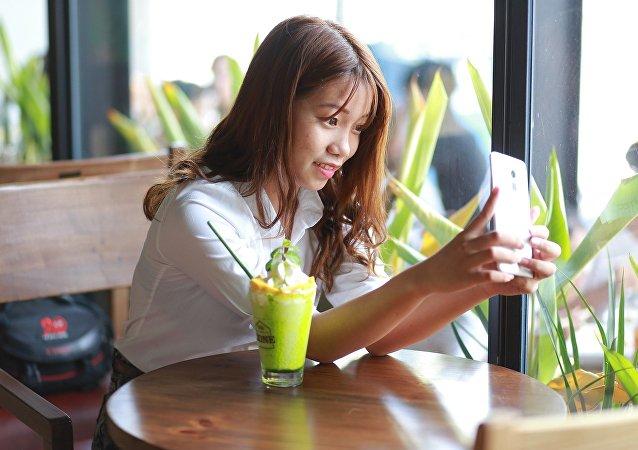 Una chica haciéndose una foto