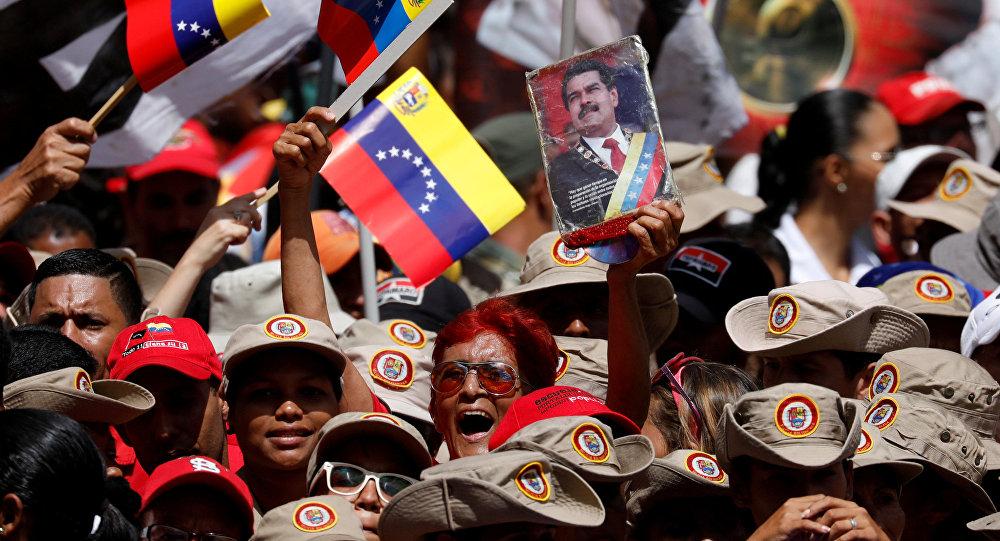 Los seguidores de Nicolás Maduro machan en apoyo al presidente
