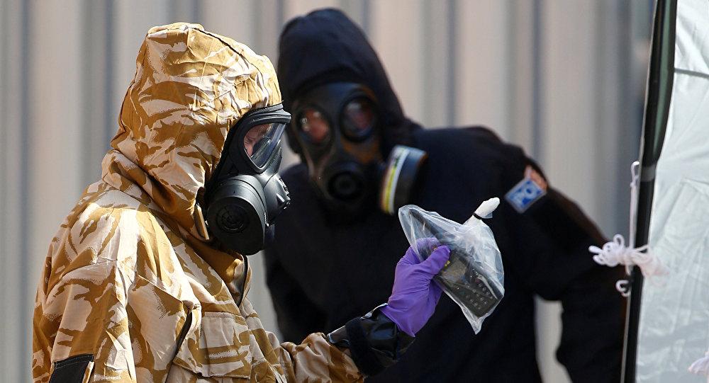 Investigadores en el lugar del envenenamiento en Amesbury, Reino Unido