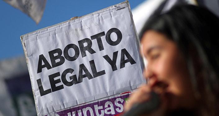 Una mujer en una manifestación por aborto legal, seguro y gratuito en Argentina