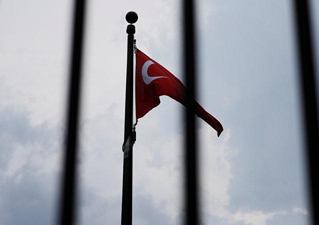 La bandera de Turquía en la embajada turca en Washington, EEUU