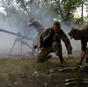 Militares ucranianos usando lanzagranadas SPG-9 durante combates con autodefenzas en Avdeevka, Ucrania, 18 de junio de 2015