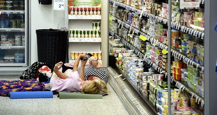 Unas personas están escondiéndose del calor en un supermercado de Finlandia