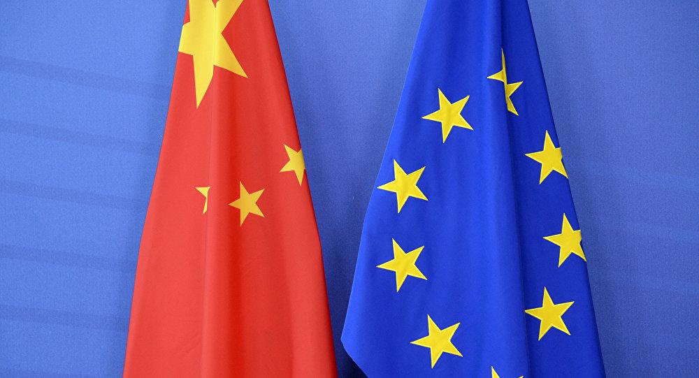Las banderas de China y de la Unión Europea