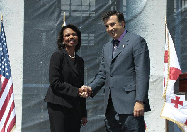 La exsecretaria de Estado de EEUU, Condoleezza Rice, y el expresidente de Georgia, Mijaíl Saakashvili (archivo)