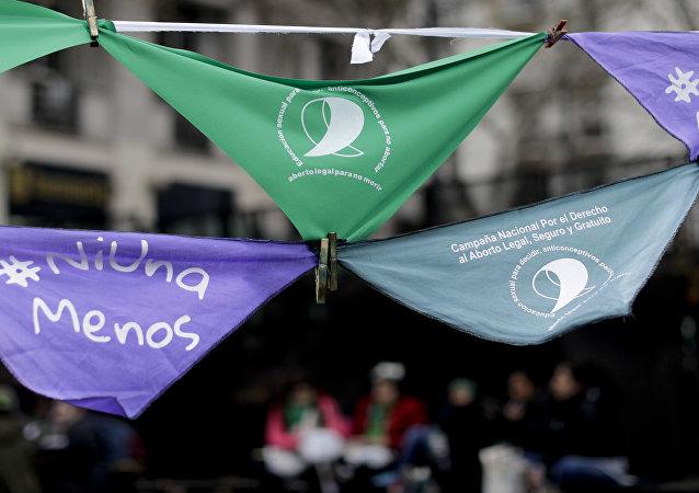 Pañuelos en apoyo de la legalización del aborto cuelgan fuera del Congreso argentino en Buenos Aires (archivo)