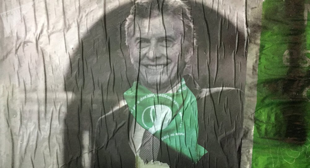 Afiche alterado del presidente Mauricio Macri con un pañuelo verde, símbolo de la lucha por la despenalización del aborto