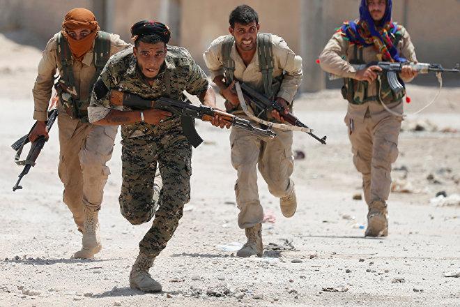 Soldados kurdos combaten en la ciudad de Al Raqa, capital declarada del grupo terrorista Estado Islámico, 3 de julio de 2017