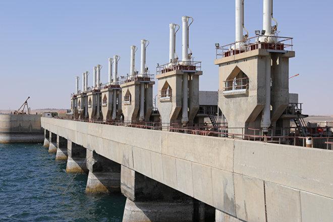 Represa de Al Tabqah, controlada por los kurdos sirios pero operada por las autoridades de Damasco (archivo)