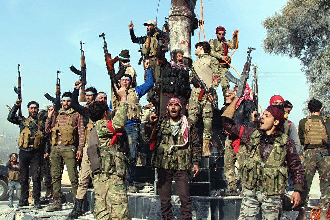 Combatientes del Ejército Libre Sirio, respaldado por Turquía, celebran la victoria sobre las tropas kurdas en Afrín, Siria, 18 de marzo de 2018