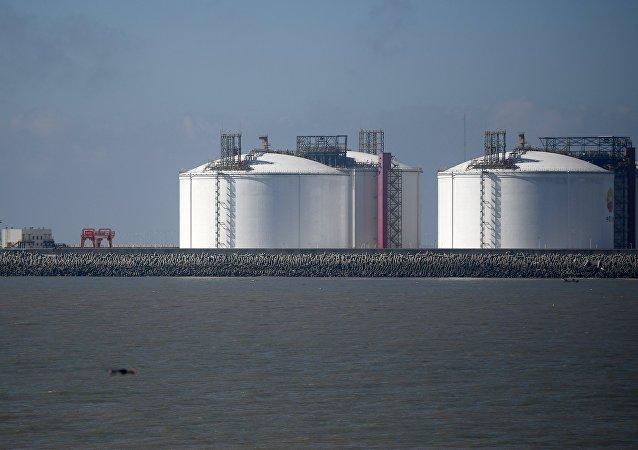 Unos depósitos utilizados para almacenar el gas natural licuado (imagen referencial)