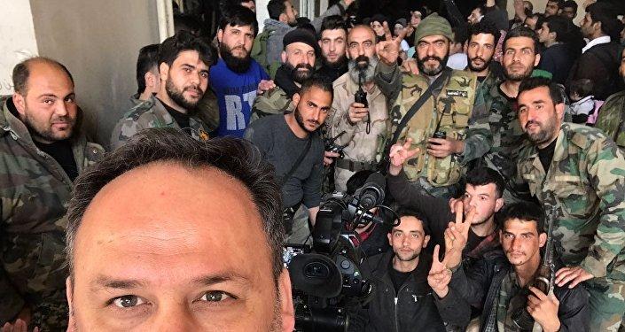 Sebastián Salgado con militares sirios