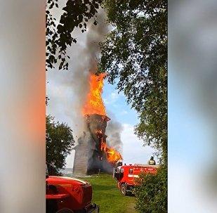 El fuego reduce a cenizas una iglesia rusa del siglo XVIII