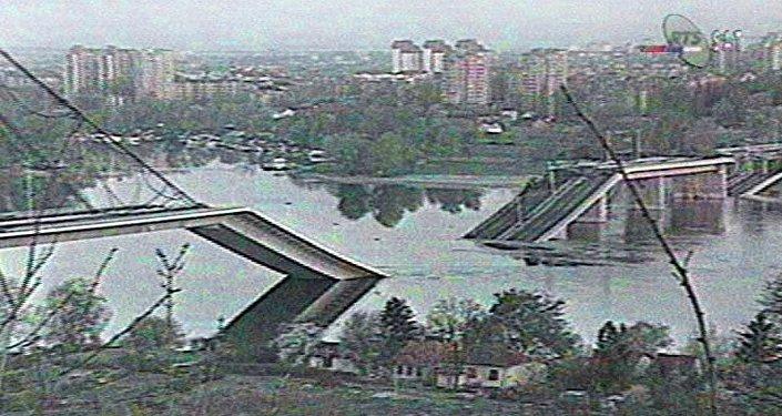 Imagen de televisión serbia muestra un puente sobre el Danubio que fue destruido por aviones de la OTAN en abril de 1999.