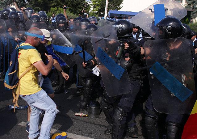 La policía rumana usa aerosoles mientras miles de rumanos asisten a mítines en la capital, Bucarest