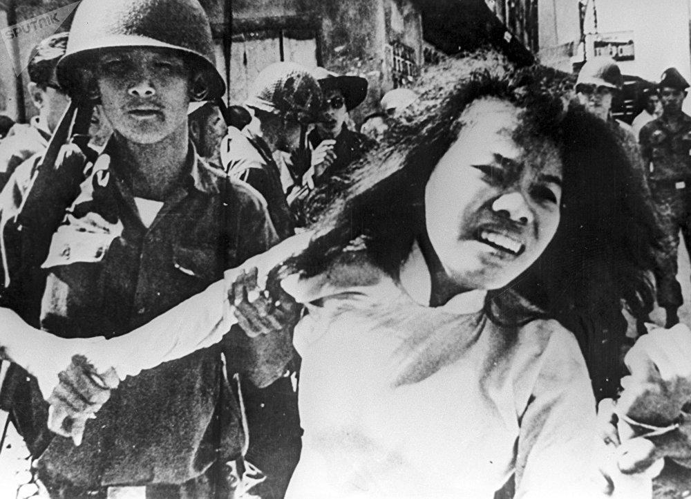 Soldados estadounidenses arrestan a vietnamitas, sospechosos de estar vinculados con guerrilleros. La guerra de Vietnam (1955-1975)