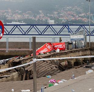 Derrumbe del muelle de madera durante un concierto en Vigo, España