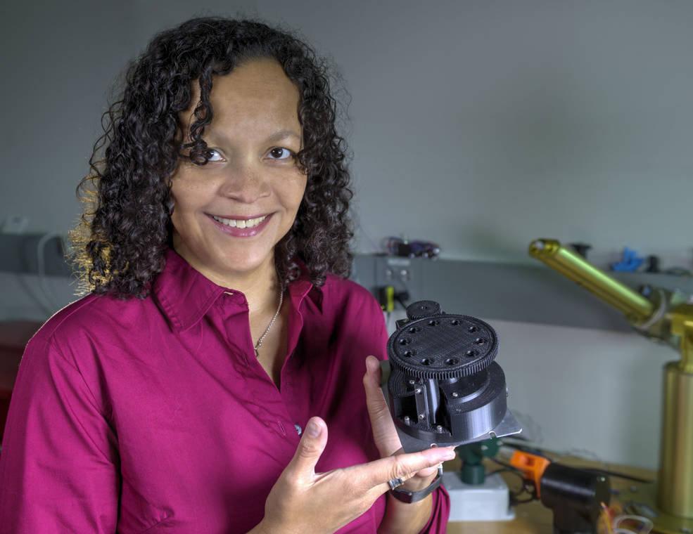 Melissa Floyd, científica del Centro de Vuelos Espaciales Goddard de la NASA y responsable del proyecto, con el minilaboratorio robotizado FISHBot