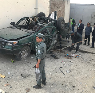 Los policías inspeccionan un vehículo después de una explosión, Afganistán