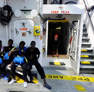 Los migrantes son vistos a bordo del Aquarius, en el Mar Mediterráneo