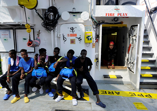 Los migrantes son vistos a bordo del Aquarius, en el Mar Mediterráneo