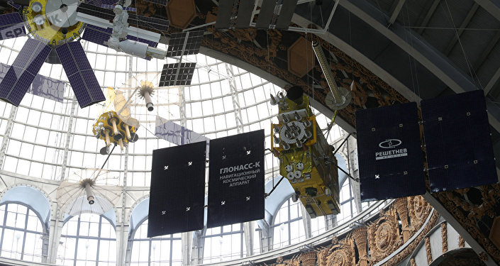 Un prototipo del satélite Glonass-K (a la derecha)