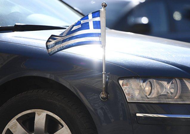 La bandera de Grecia en un automóvil diplomático