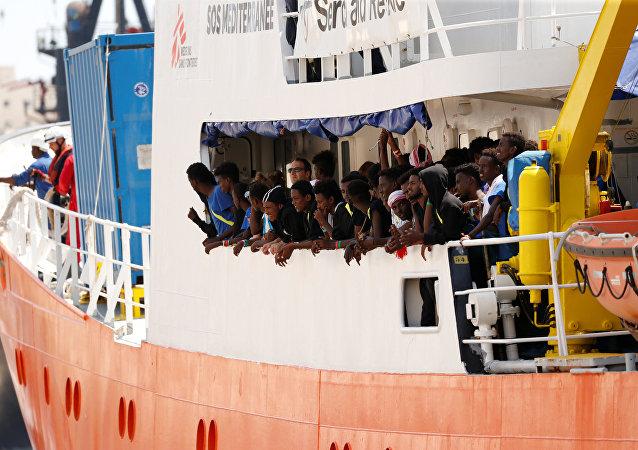 Migrantes en un barco de rescate (archivo)