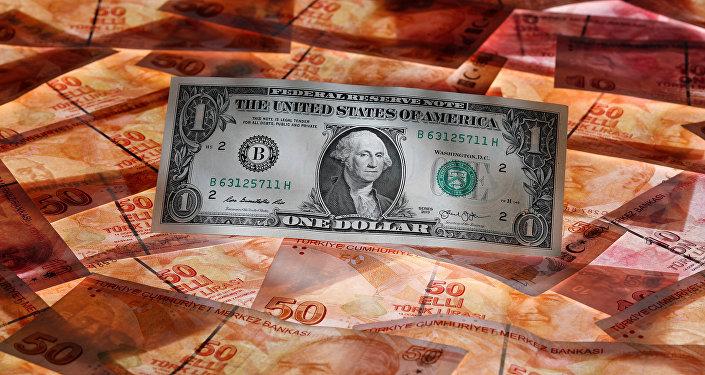 Un billete de dólar estadounidense y las liras turcas