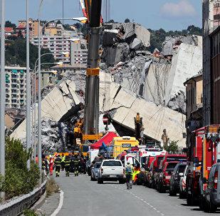 Los bomberos y trabajadores de rescate cerca del puente colapsado en la ciudad de Génova, Italia